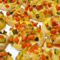 Mini-Pizzen mit Salbei-Karotten und Zucchini