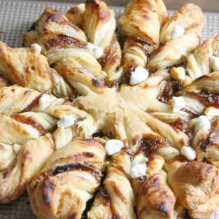 Prosciutto fig and goat cheese star bread photo