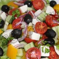 Салат с моцареллой и помидорами черри.