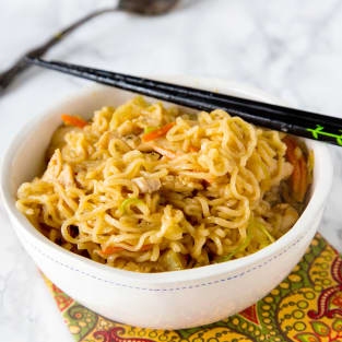 Chow mein noodles with chicken photo