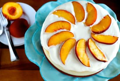 纽约奶酪蛋糕配桃子和杏仁