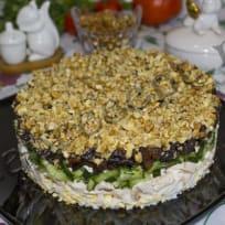 Салат «Неженка» с курицей, черносливом и грецкими орехами